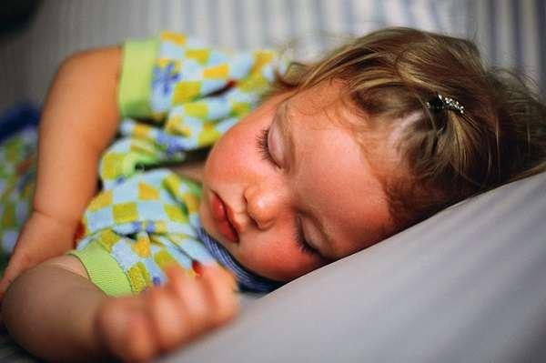 девочка спит