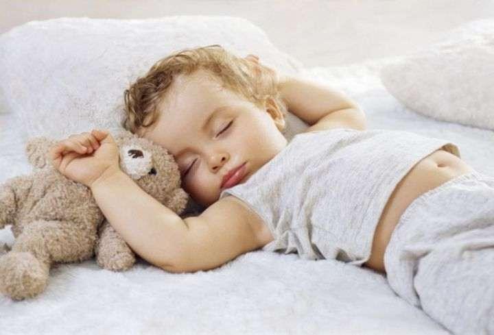 Причины того, что ребенок сильно потеет во сне