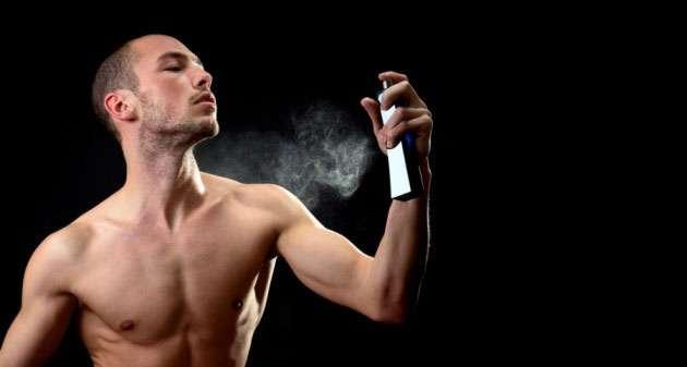 распыляет дезодорант