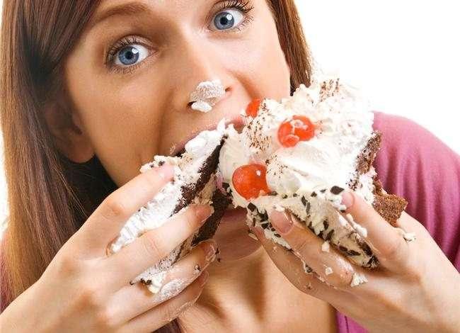 девушка кушает сладкое