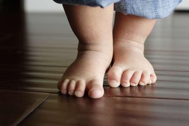 босые ноги ребенка
