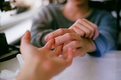 держутся за руки