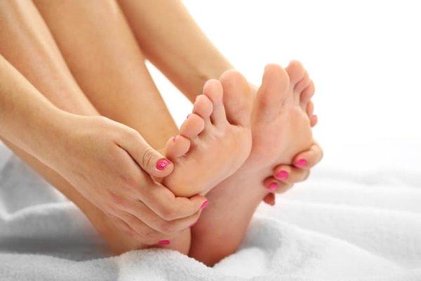 девушка держит свои ноги