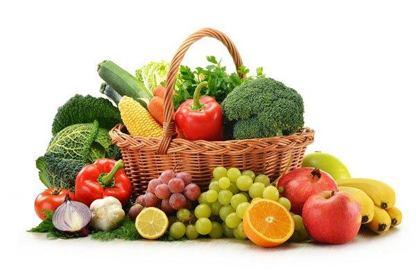 свежие овощи и фрукты в корзинке