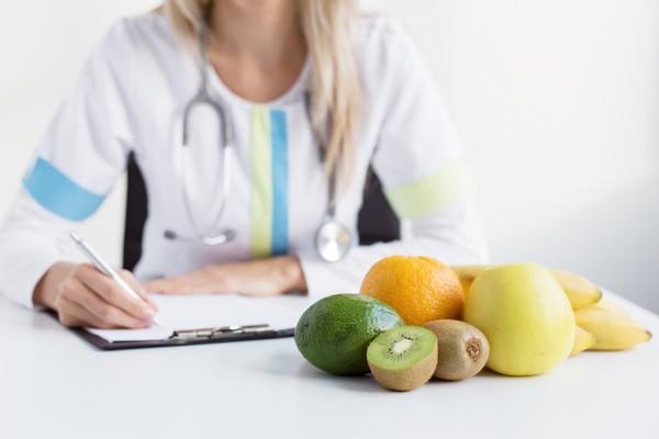 врач с фруктами
