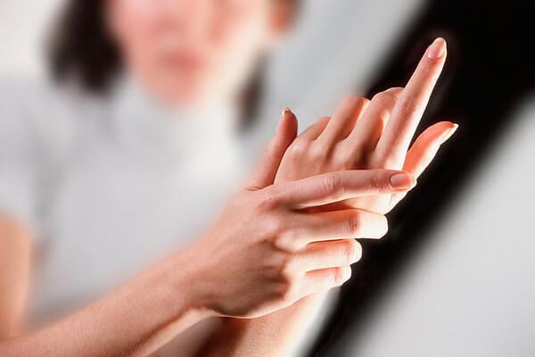 девушка трогает руки