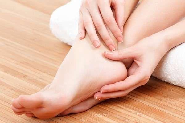 девушка трогает свою ногу